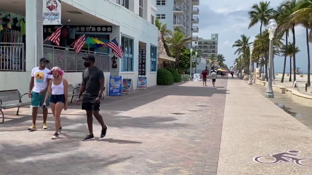 pan left from sign requiring face masks in front of closed hollywood beach in florida for 4th of july. - july stock videos & royalty-free footage