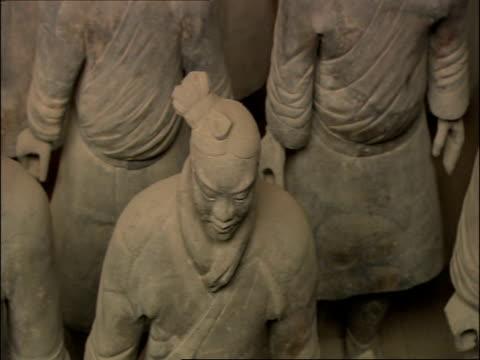 pan left, high angle, terracotta warriors, museum of qin, xian, china - terrakotta armee stock-videos und b-roll-filmmaterial