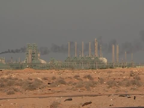 vidéos et rushes de pan left over an oil refinery in libya - industrie du pétrole