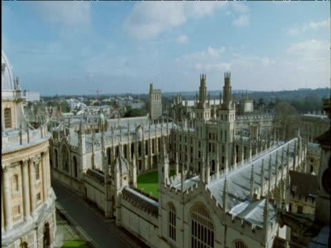 vidéos et rushes de pan left over buildings and spires of university of oxford - université d'oxford