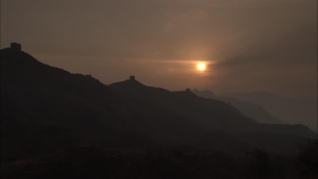 vídeos y material grabado en eventos de stock de pan left over great wall of china at badaling silhouetted by setting sun, beijing. - badaling