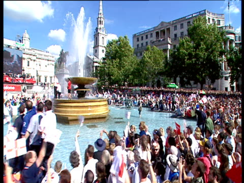 pan left over large crowd gathered in trafalgar square for finale of england cricket team ashes victory parade london; 13 sep 2005 - squadra di cricket video stock e b–roll