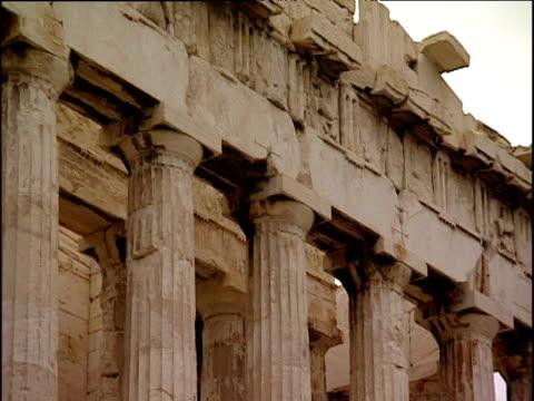 vídeos de stock, filmes e b-roll de pan left over parthenon athens - partenão acrópole