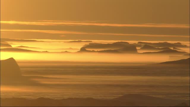 vidéos et rushes de pan left over snowfield bathed in golden sunlight antarctic - neige fraîche