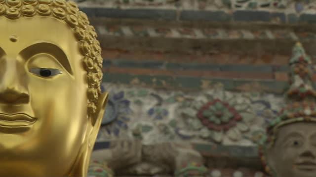 stockvideo's en b-roll-footage met pan left reveal buddha wat arun bangkok thailand - standbeeld