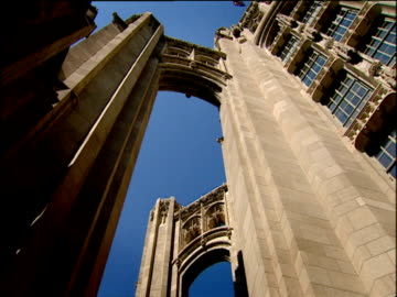 pan left round section of tribune tower chicago - torre del tribune video stock e b–roll