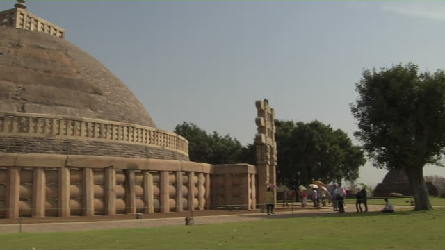 pan left sanchi stupa sanchi madhya pradesh - stupa stock videos & royalty-free footage