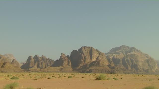pan left shot mountains wadi rum aqaba governorate jordan - filmato non girato negli usa video stock e b–roll