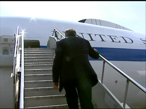 pan left shot of leon panetta boarding a plane to depart to tokyo after a visit to indonesia. this footage took place during panettaõs first official... - (war or terrorism or election or government or illness or news event or speech or politics or politician or conflict or military or extreme weather or business or economy) and not usa点の映像素材/bロール