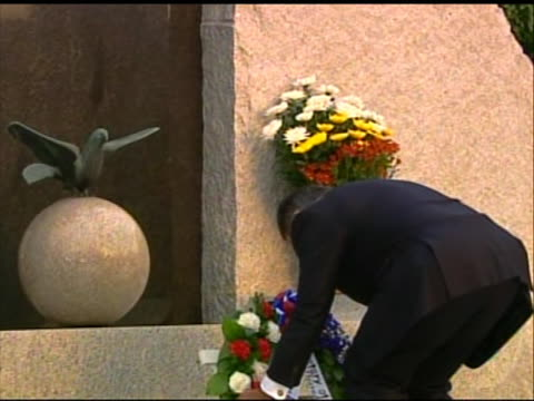 pan left shot of leon panetta laying a wreath at a ceremony to honor japanese self-defense forces at a memorial in tokyo. this ceremony took place in... - united states and (politics or government)点の映像素材/bロール