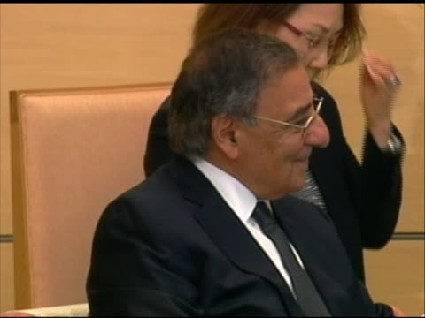 pan left shot of leon panetta speaking with japanese prime minister yoshihiko noda. this meeting took place in tokyo during panettaõs first visit to... - (war or terrorism or election or government or illness or news event or speech or politics or politician or conflict or military or extreme weather or business or economy) and not usa点の映像素材/bロール