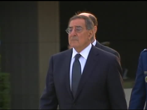 pan left shot of leon panetta walking to a wreath-laying ceremony to honor japanese self-defense forces at a memorial in tokyo. this ceremony took... - united states and (politics or government)点の映像素材/bロール