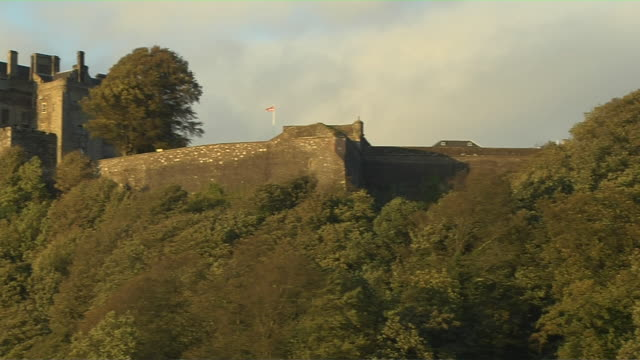 pan left shot reveal stirling castle stirling scotland united kingdom - スコットランド スターリング点の映像素材/bロール