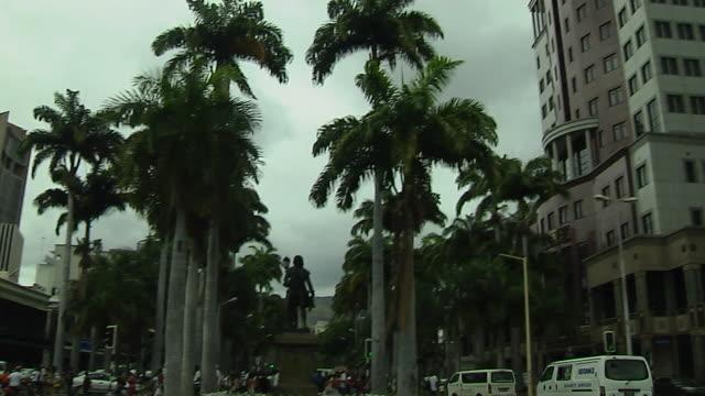 vídeos de stock, filmes e b-roll de pan left shot statue port louis mauritus - ilhas mascarene