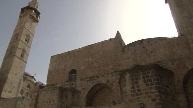 pan left shot via dolorosa jerusalem israel - ヴィアドロローサ点の映像素材/bロール
