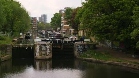 pan left to acton's lock on regent's canal, london - hackney 個影片檔及 b 捲影像