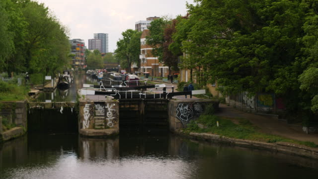 vidéos et rushes de pan left to acton's lock on regent's canal, london - hackney