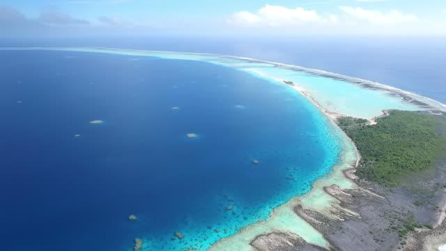 vídeos de stock, filmes e b-roll de pan left to reveal entire atoll and coral lagoon of motutunga - territórios ultramarinos franceses