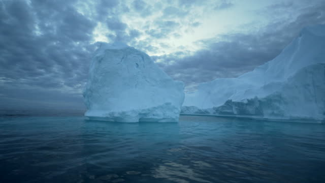 pan left to right: big iceberg standing tall separated from the others in greenland disko bay - altri temi video stock e b–roll