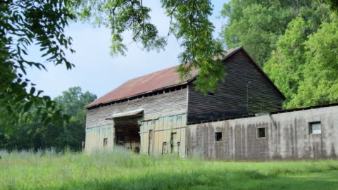 pan left to right: creepy barn in delaware usa (shot on red) - barn stock videos & royalty-free footage