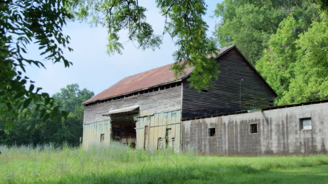 stockvideo's en b-roll-footage met pan left to right: creepy barn in delaware usa (shot on red) - boerderijschuur