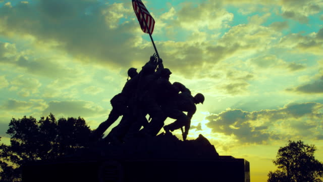vídeos de stock e filmes b-roll de pan left to right: iwo jima memorial on a sunset (shot on red) - fuzileiro naval