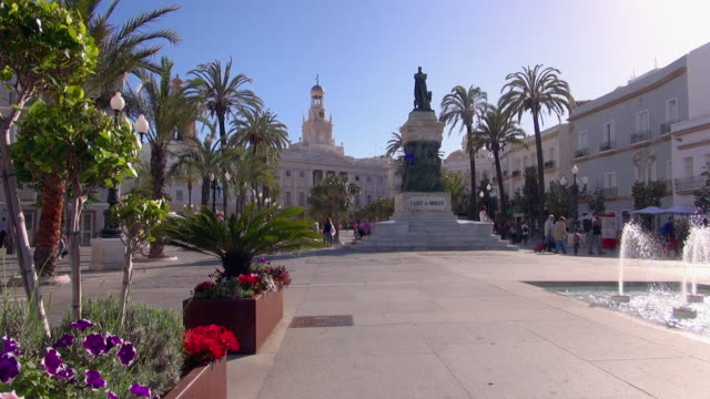 Pan: Left to Right View of Cadiz A Moret Statue
