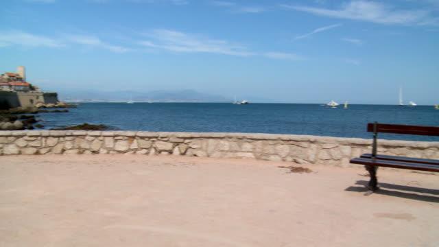 vídeos de stock, filmes e b-roll de pan left to right: view of the ocean in cote d'azur - boa postura