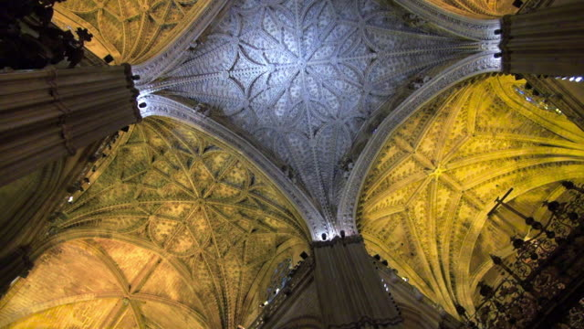 vídeos de stock e filmes b-roll de pan: looking at the ceiling of the cathedral - teto