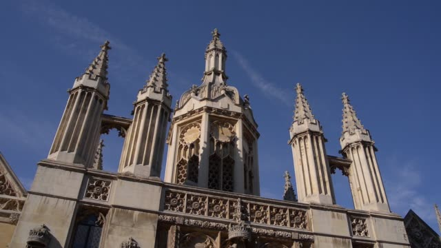 vídeos y material grabado en eventos de stock de pan lr exterior of king's college students and parents outside on a sunny day in cambridge uk on sunday oct 5 tilt down entrance to king's college... - instituciones y organizaciones educativas