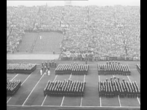 vídeos de stock e filmes b-roll de pan navy midshipmen in formation on field at municipal stadium in philadelphia, pa, during annual army-navy football game; they wave their caps /... - enfeites para a cabeça