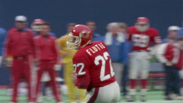 1985 MS pan New Jersey Generals quarterback Doug Flutie running to sideline during game against Tampa Bay Bandits/ East Rutherford, New Jersey