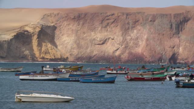 vídeos y material grabado en eventos de stock de pan of a group of fishing boats off coast in paracas, peru - barco de remos