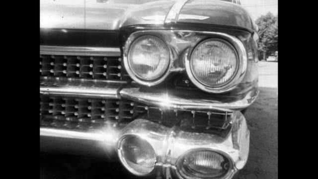 vídeos de stock, filmes e b-roll de cu pan of front and rear of luxury cadillac car; 1964 - cromo metal