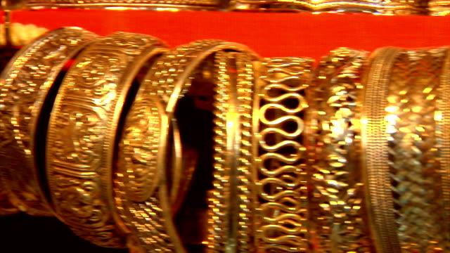 stockvideo's en b-roll-footage met pan of golden cuffs and bracelets for sale in souk, muscat, oman - manchet mouw