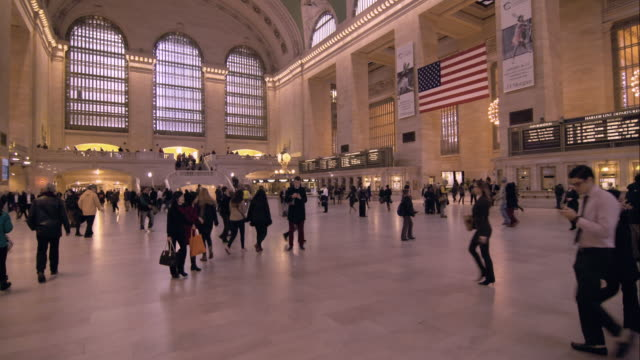 pan of grand central terminal from the west side of the main concourse - 情報伝達サイン点の映像素材/bロール