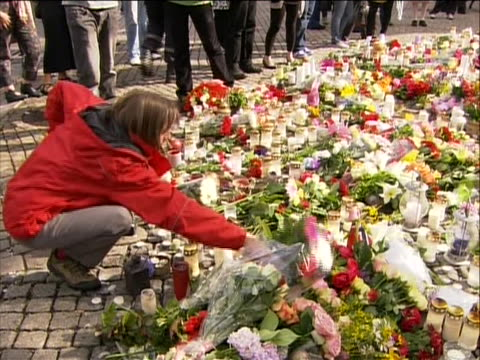 stockvideo's en b-roll-footage met pan of people placing flowers at a makeshift memorial for the victims of the norway attacks on july 22 a pair of terrorist attacks took place in... - (war or terrorism or election or government or illness or news event or speech or politics or politician or conflict or military or extreme weather or business or economy) and not usa