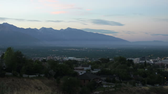Pan of Salt lake City, Utah at sunrise.