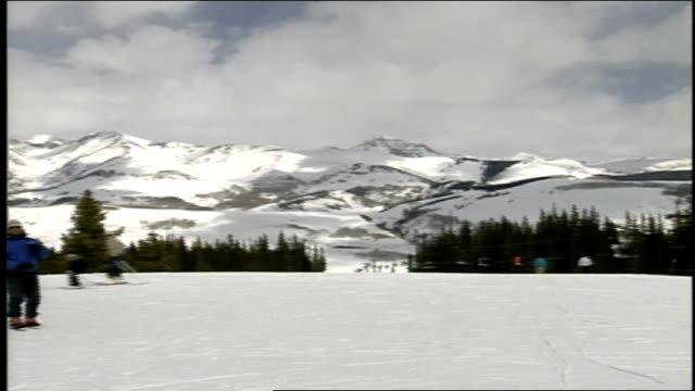 vídeos de stock e filmes b-roll de pan of skiers and signs on mountain in butte colorado - roupa de esqui