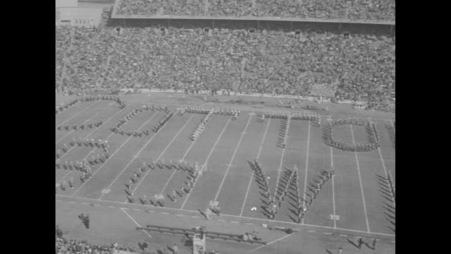 vídeos y material grabado en eventos de stock de ws pan of stadium people in formation on field spell out 'cotton bowl' / nina narmore miss georgia tech waves from convertible car as she rides on... - ortografia
