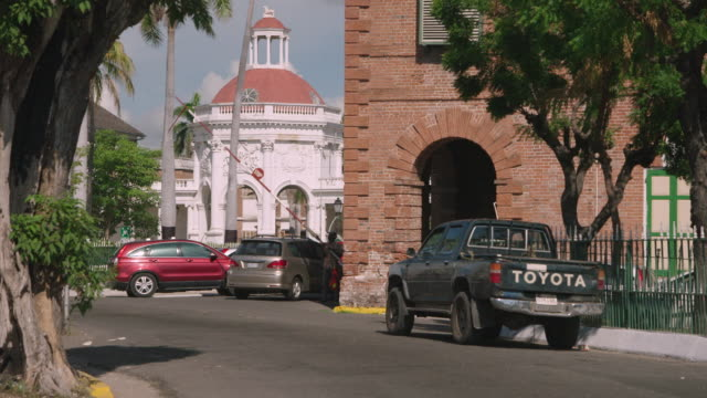 stockvideo's en b-roll-footage met pan onto rodney memorial, spanish town, jamaica - spanish culture