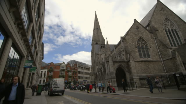 vídeos de stock e filmes b-roll de pan onto st. andrew's church in dublin city centre, republic of ireland. - spire