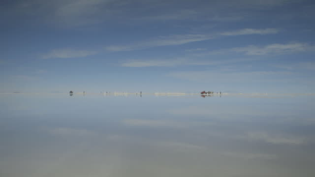 stockvideo's en b-roll-footage met pan over the highly reflective watery surface of bolivia's salt plains. - bolivia