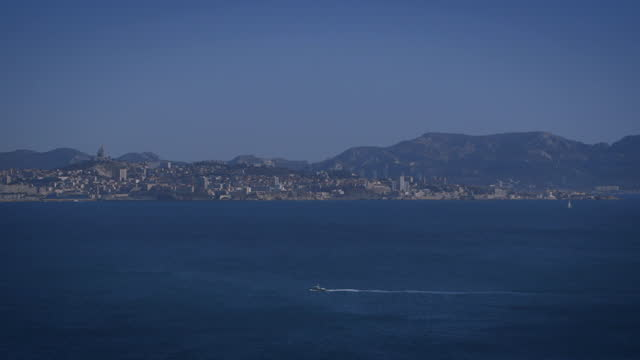 vidéos et rushes de pan over view across bay in south of france - chaîne de montagnes