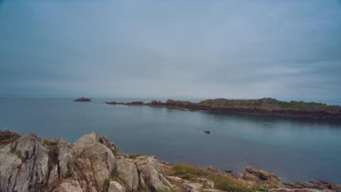 ws, pan, panoramic view of the english channel from the pointe du grouin, cloudy sky - 40 sekunder eller längre bildbanksvideor och videomaterial från bakom kulisserna