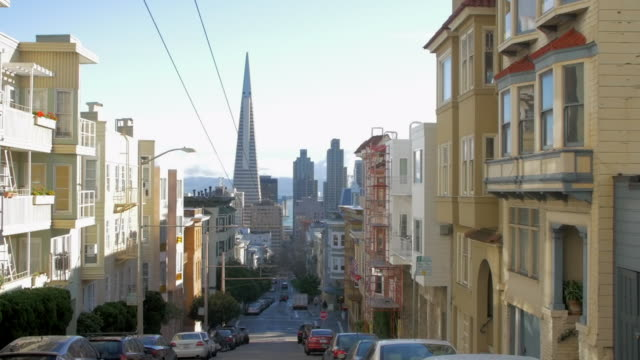 pan: riding street cable car through san francisco - san francisco california video stock e b–roll