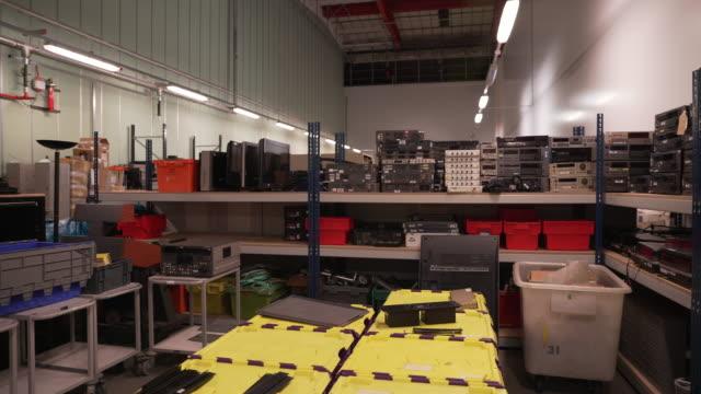vídeos de stock, filmes e b-roll de pan right across a warehouse full of retro video equipment - videocassete