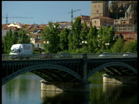 vídeos y material grabado en eventos de stock de pan right across bridge to town and cathedral salamanca - salamanca