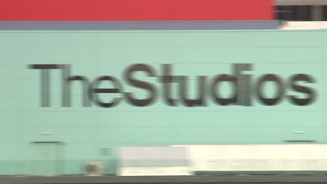 pan right across exterior of studios at media city, salford quays available in hd. - bbc news bildbanksvideor och videomaterial från bakom kulisserna