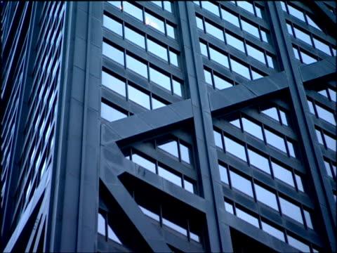pan right across facade of john hancock tower chicago - fensterfront stock-videos und b-roll-filmmaterial